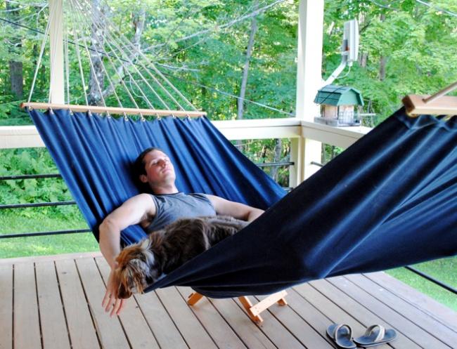 © littledogvintage.blogspot.com  Большой иудобный гамак спланкой. Такой гамак потребует неко