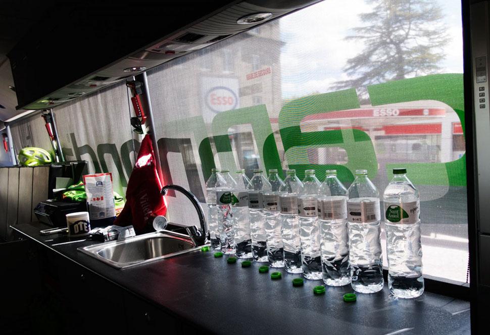Бизо начинает с литровых бутылок воды, из которых гонщики пьют сразу после каждого этапа. По словам