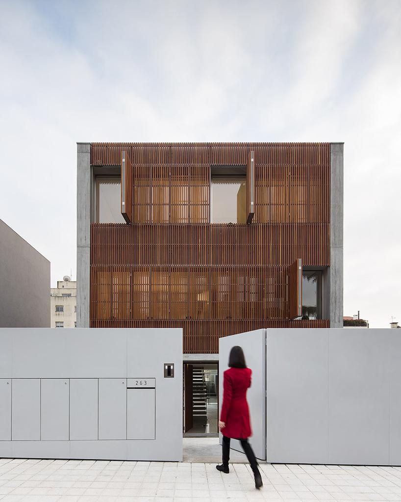 Дом с фасадом из деревянных реек в Португалии