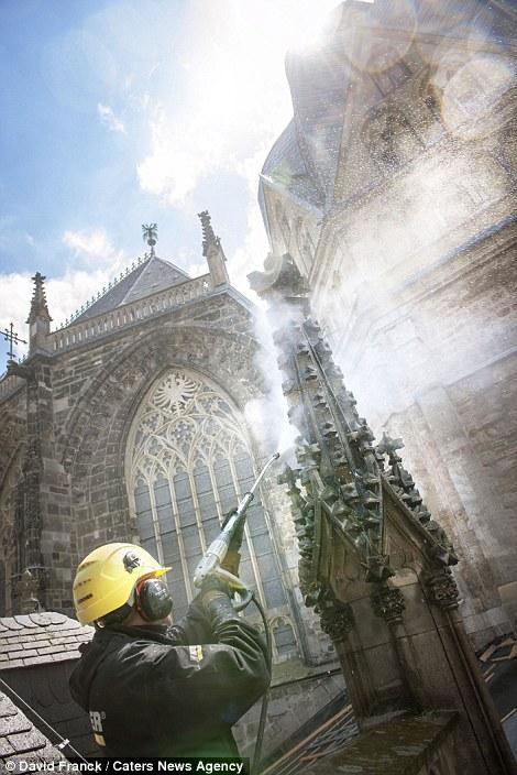 12. Чистка Ахенского собора в Ахене, Германия.