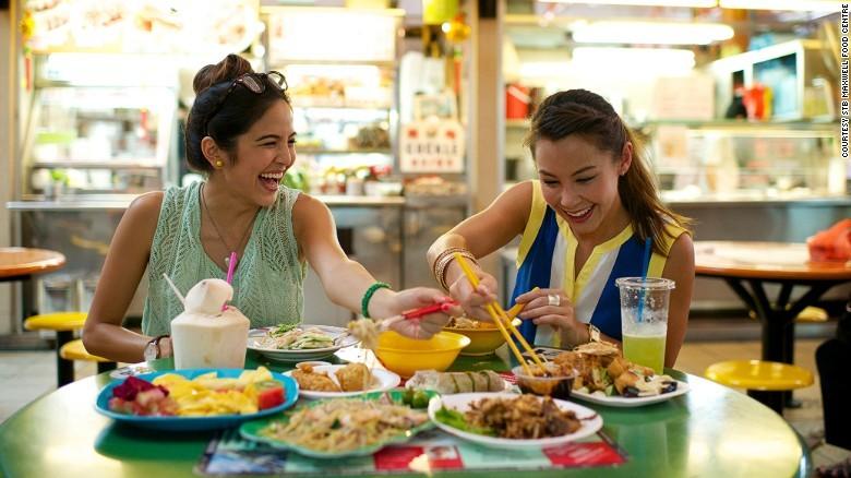 2. Отличная уличная еда. На улицах Сингапура можно найти еду на любой вкус и желудок.
