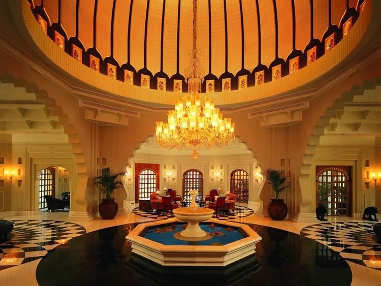 5. Внутри отеля также выдержана тема индийского дворца.