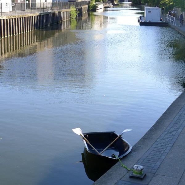 2. Английские дизайнеры Макс Фроммелд и Арно Матиас соорудили вполне функциональную лодку-сумку. Сде