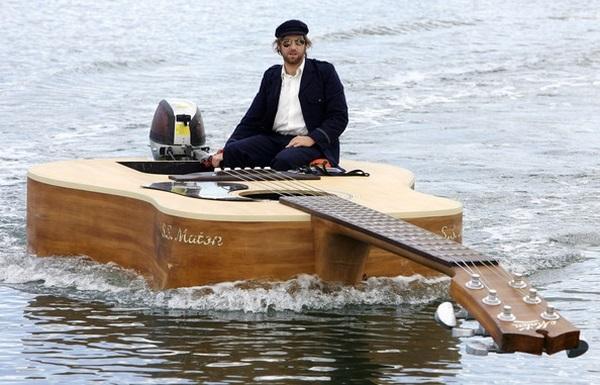3. Австралийский поп-певец Джош Пайки заказал себе эксклюзивную лодку-моторку в форме классической г