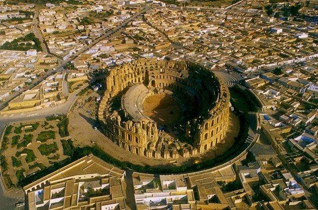 9. Амфитеатр Эль Джем Этот расположенный в Тунисе и рассчитанный на 35 тысяч зрителей амфитеатр явля