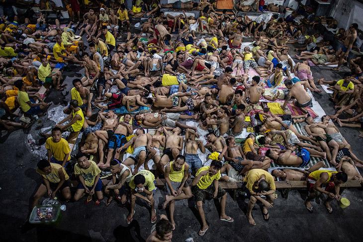2. Один туалет на 130 человек. Вонь усугубляется гниением мусора в соседствующем рядом с тюрьмой кан