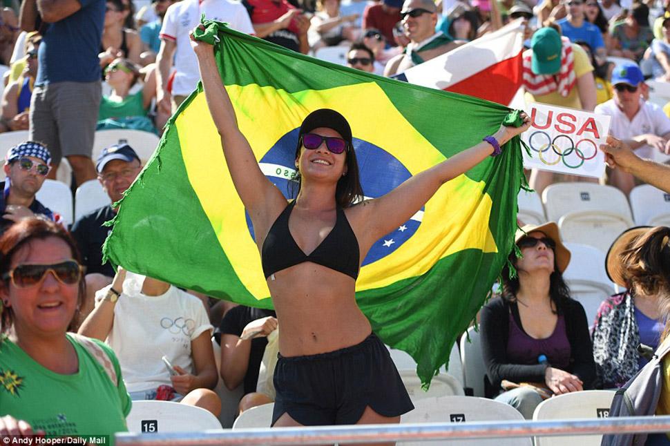 Болельщица сборной Бразилии не менее очаровательна, чем спортсменки, играющие на песке.
