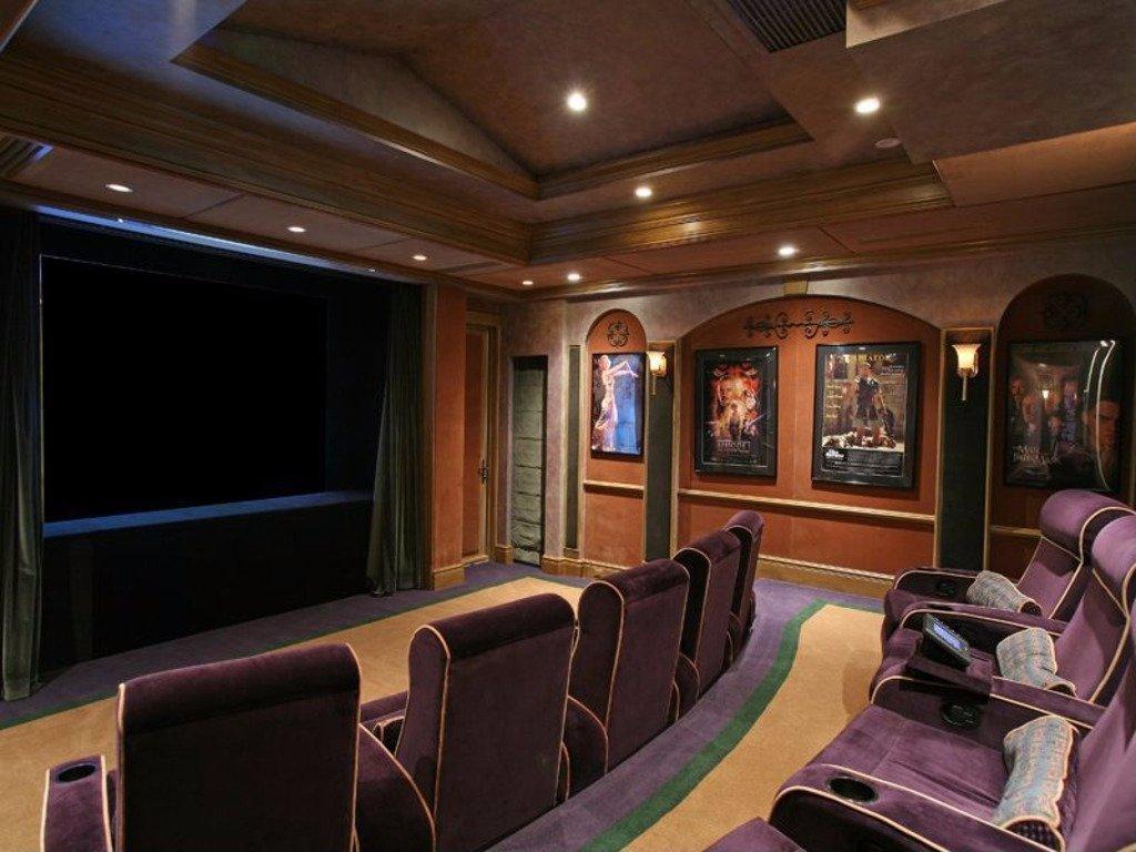 В домашнем кинотеатре с комфортабельными плюшевыми сиденьями может разместиться до 20 человек. (На ф
