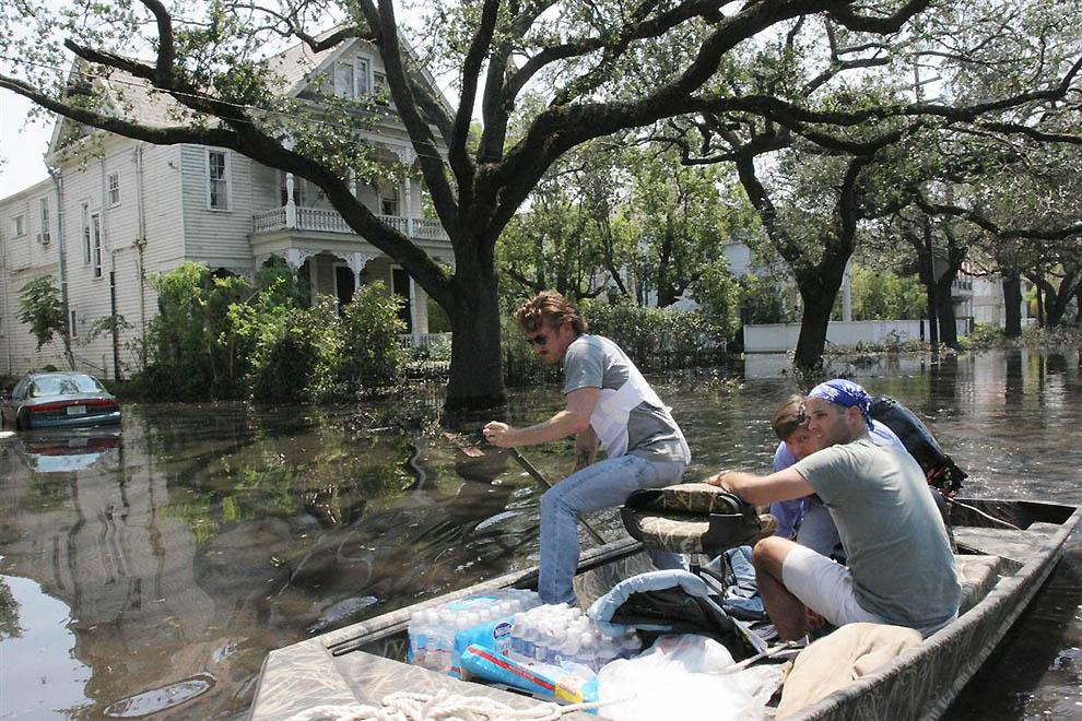 12. Сентябрь 2005 года принес Новому Орлеану страшные бедствия с ураганом Катрина. Пенн и его друзья