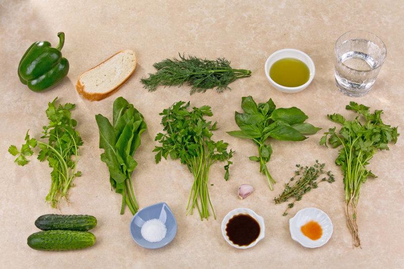 Зеленые перцы промой, очисть от семян и мембран, разрежь пополам. Выложи на противень кожицей вверх.