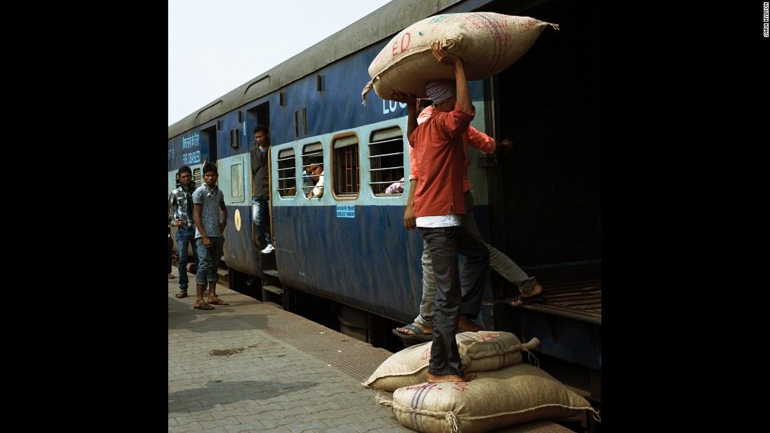 Рабочие загружают в поезд товары на станции Гувахати, штат Ассам.