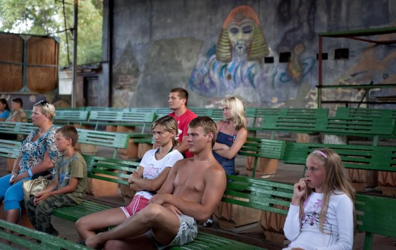 Юная пара наблюдает цирковое представление в летнем театре. Затока, Одесская область, Украина.