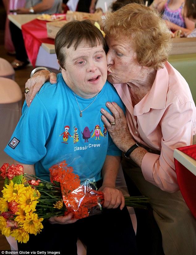 Недавно 90-летняя мать Фрейи стала жаловаться на проблемы с памятью и попросила дочь поскорее уйти н