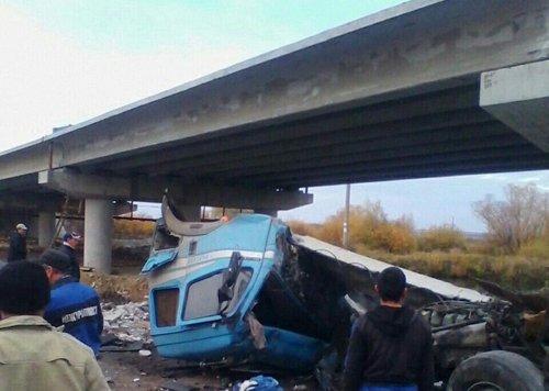 Отказали тормоза. грузовой автомобиль слетел смоста иупал настроительный кран