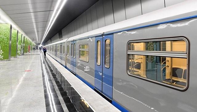 ВПетербурге на«красной» ветке метро поезд ехал соткрытыми дверьми