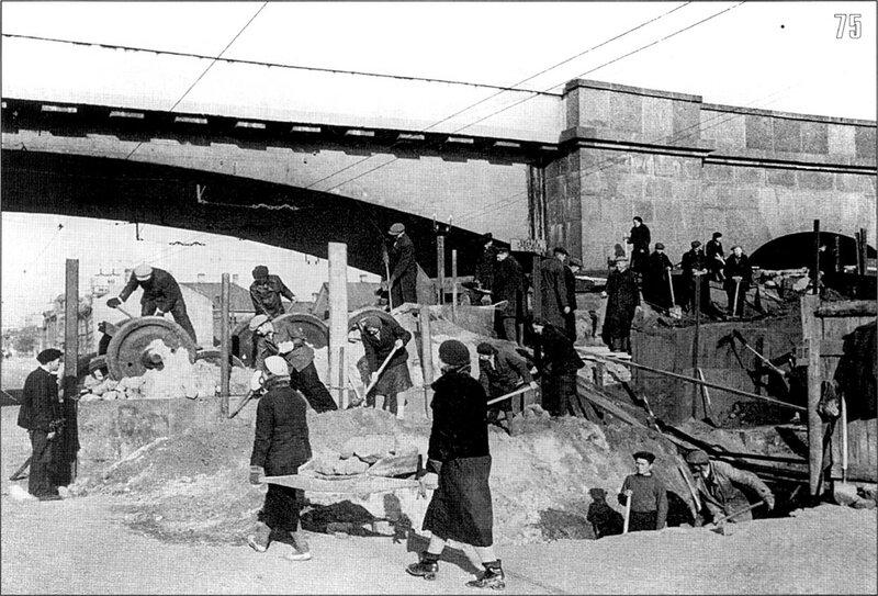 Строительство баррикады у железнодорожного путепровода на проспекте Стачек