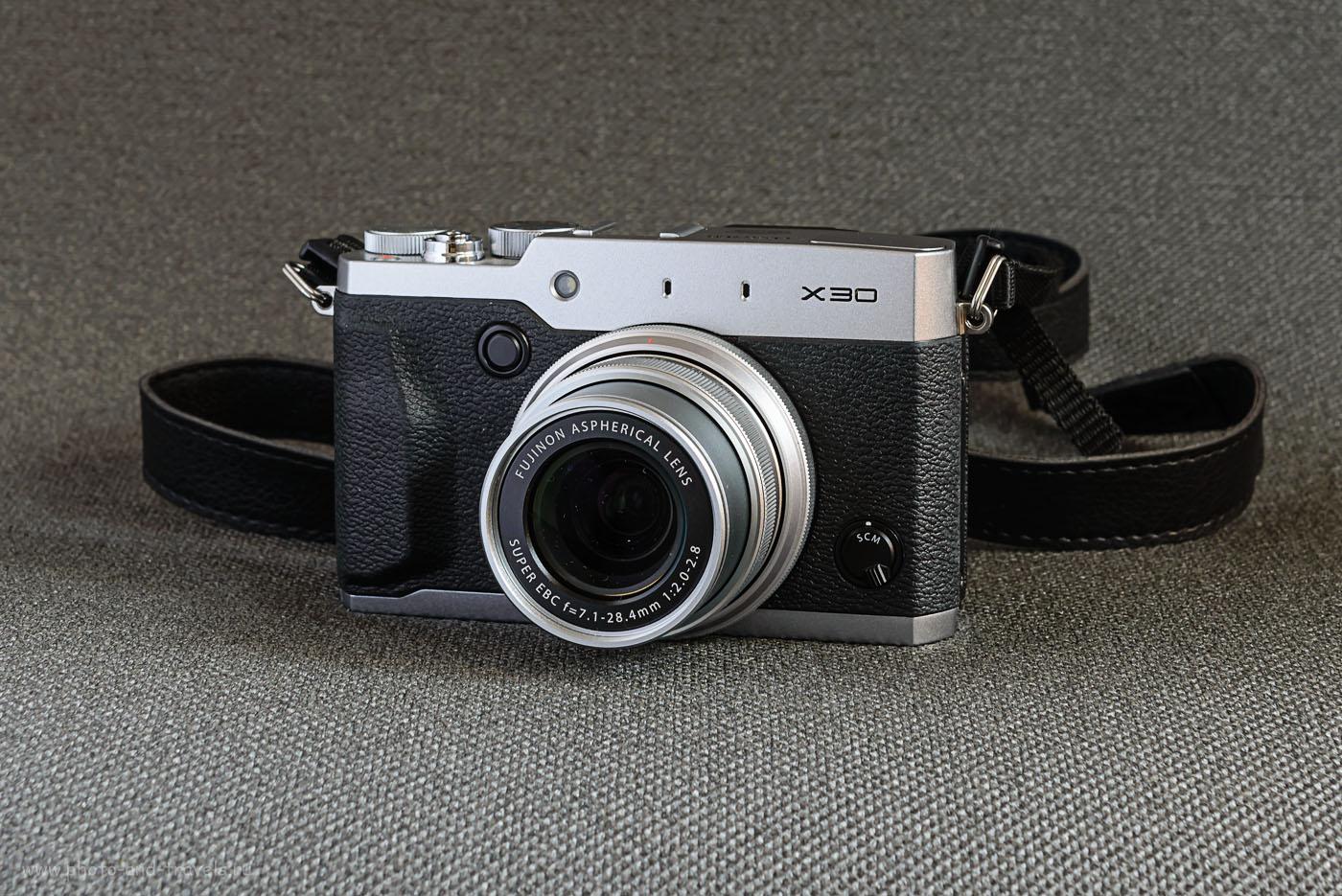 Фото 1. Вид цифрового фотоаппарата Fujifilm X30 в комплекте с внешней вспышкой Fujifilm EF-42. Камера установлена на карбоновый штатив Sirui T-2204X с головкой G20KX.