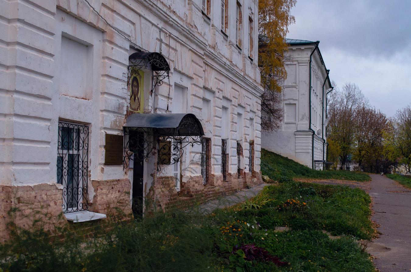14. Старинные здания у кремля Костромы.