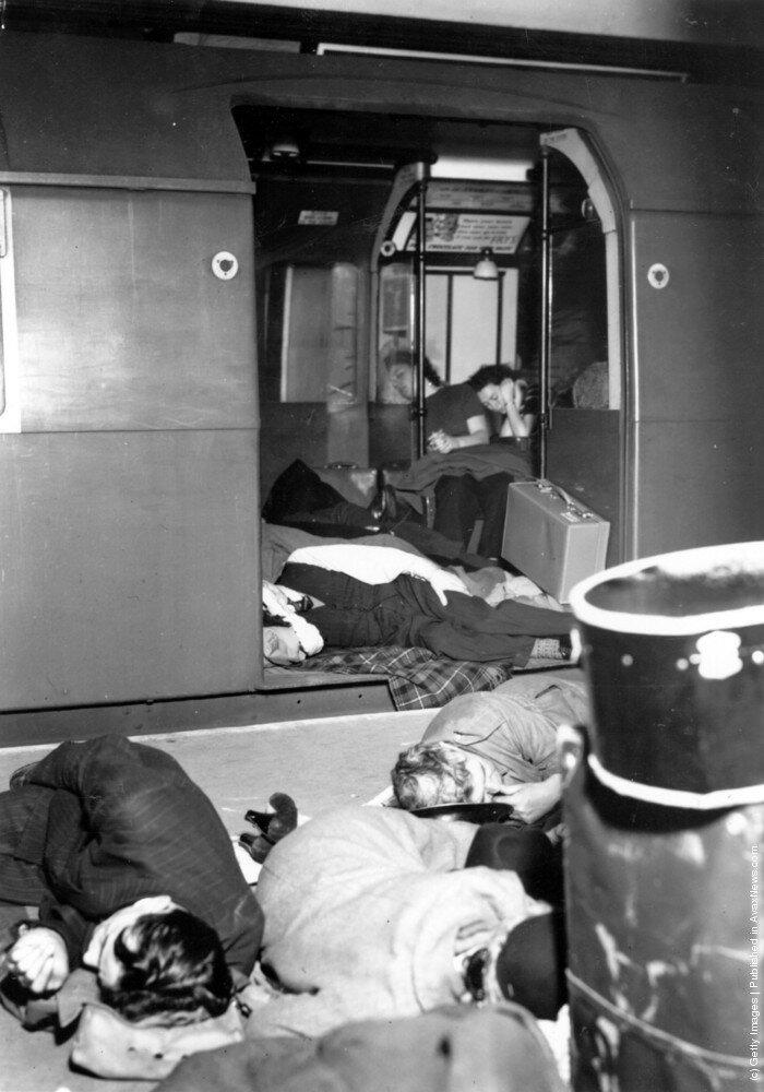 1940. Люди укрываются в вагоне поезда и на платформе станции метро «Площадь Пикадилли» во время воздушного налета