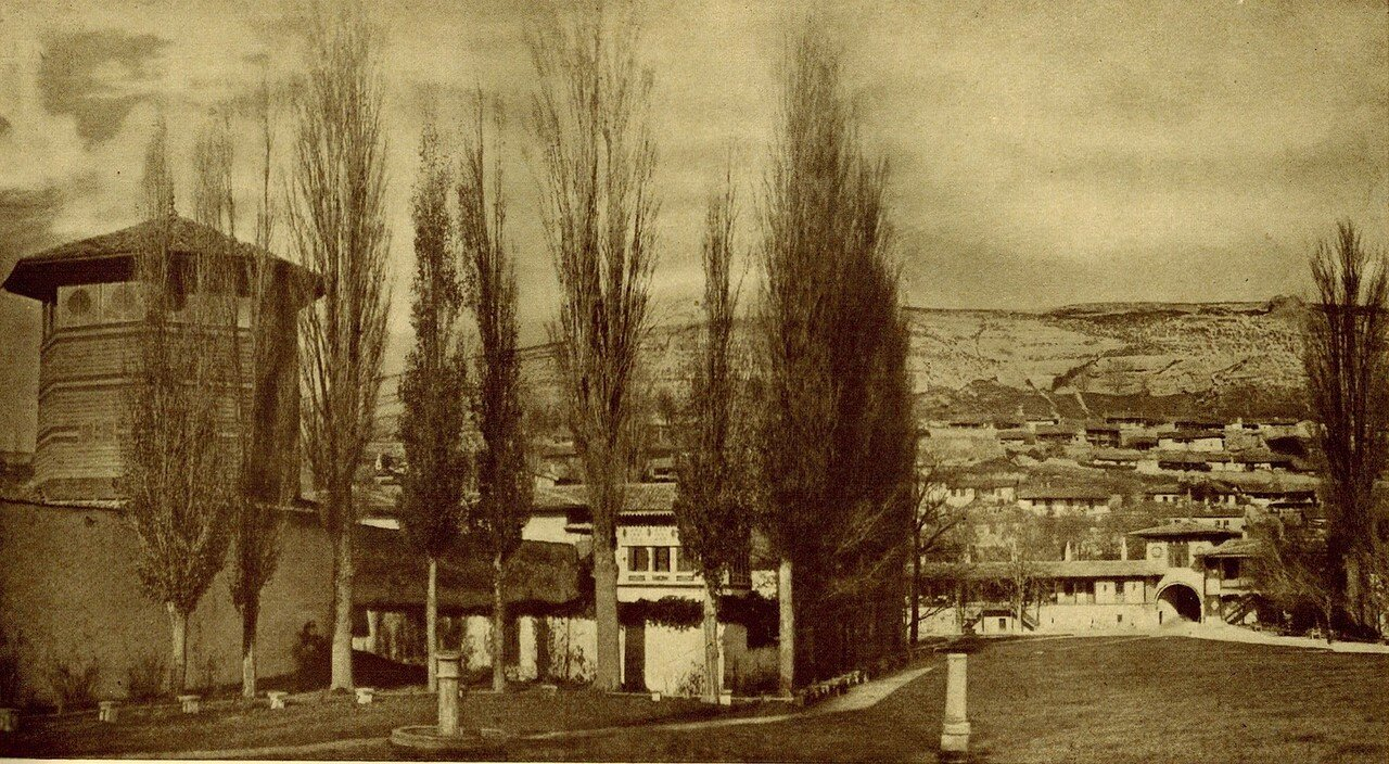 Вид на главные ворота со двора