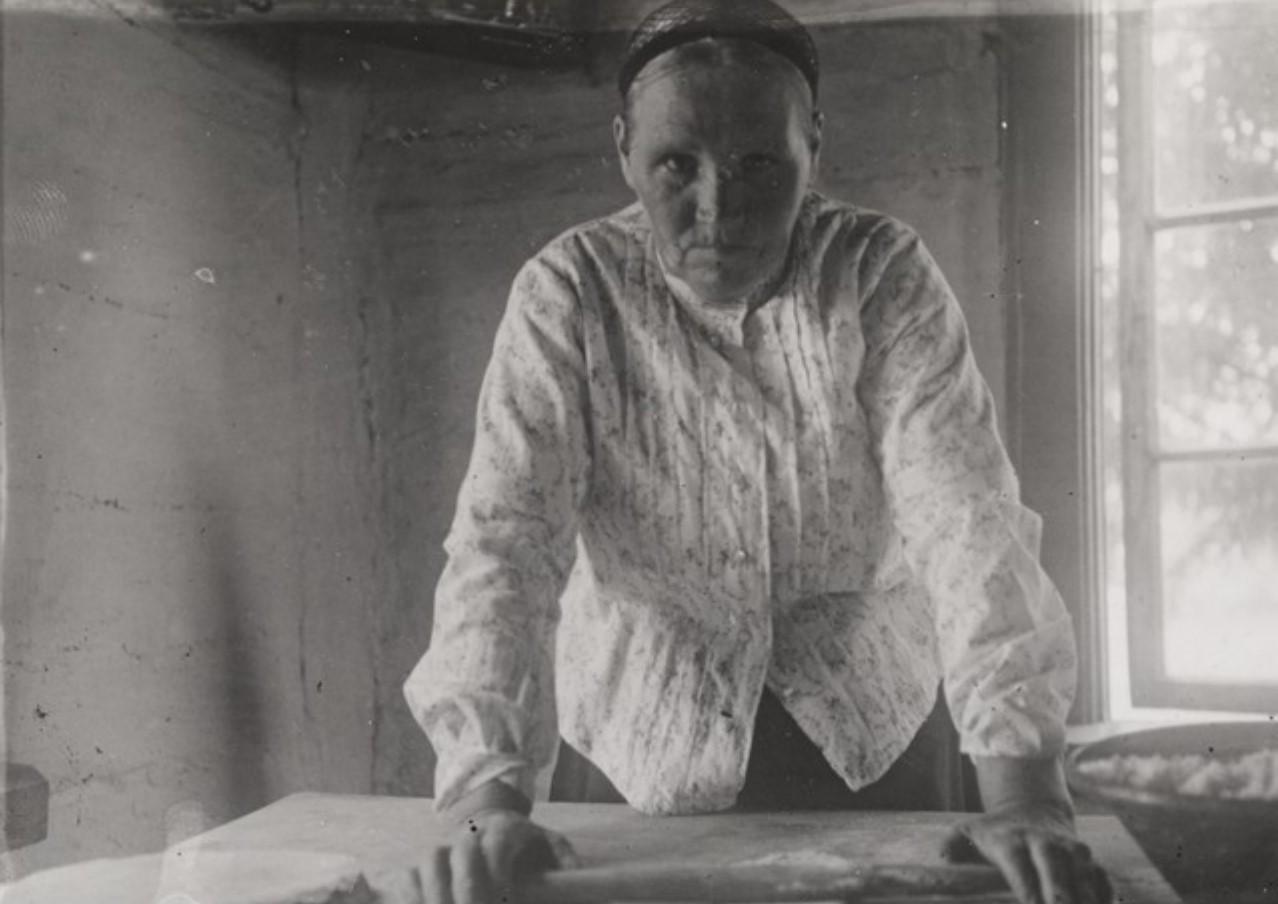 Суйстамо. Мать рунопевца Ивана Харконена - Матрена Ярконен - выпекает пироги