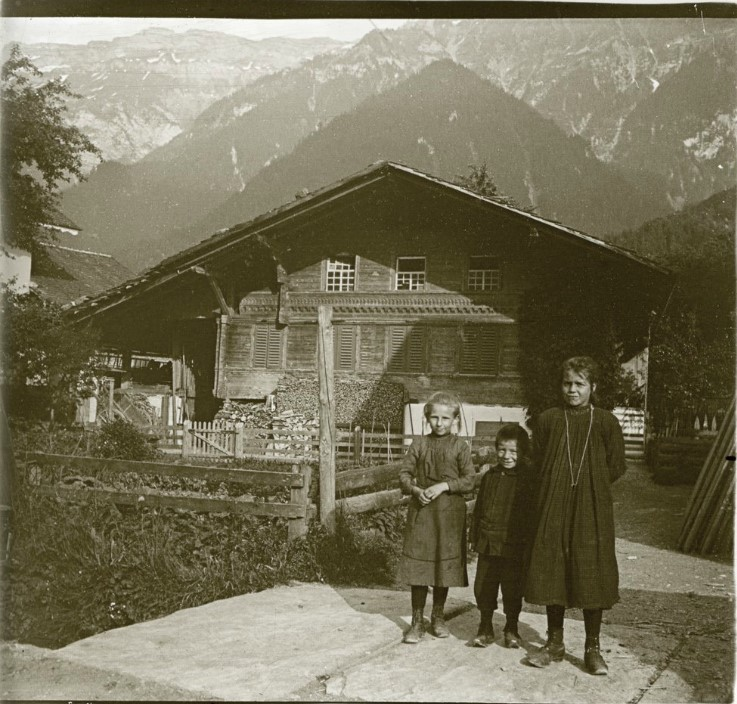 1907. Дети из семьи Петерсов на фоне швейцарского шале. Швейцария, Бониген
