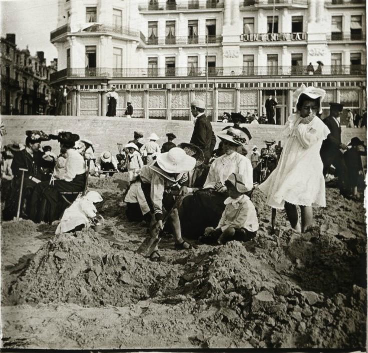 1905. Ребятки на песке напротив гостиницы Континенталь. Бельгия, Остенде