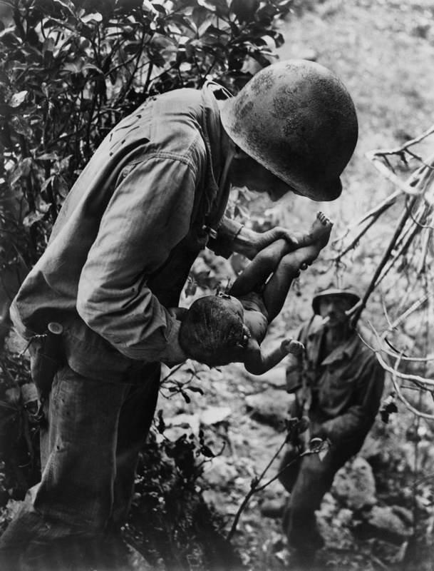 Юджин Смит. Морской пехотинец с ребёнком на руках. Сайпан, июнь 1944.