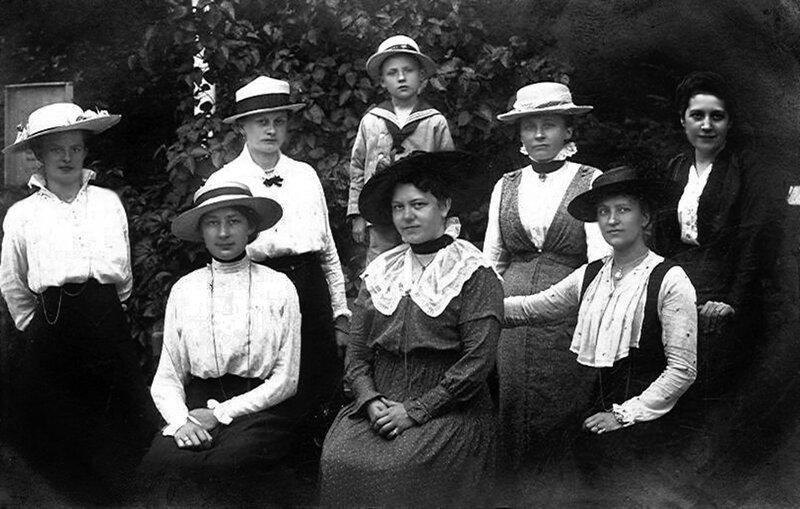 Дамское общество 1917.jpg