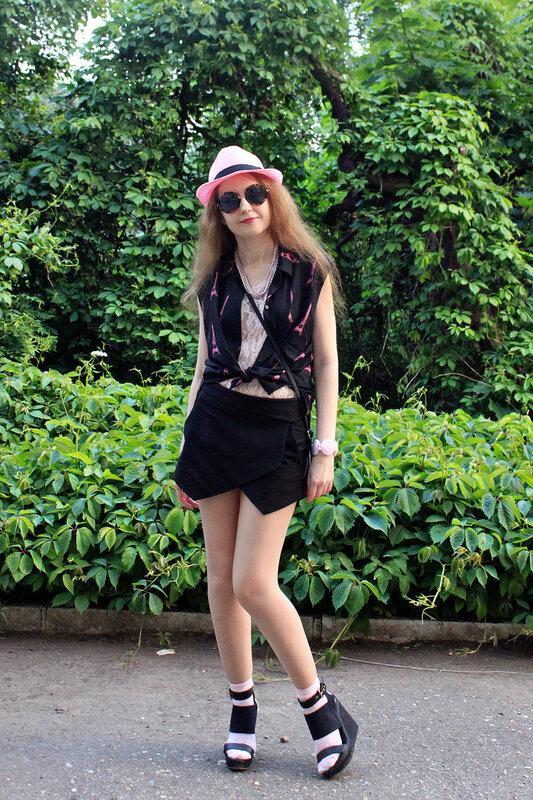 Блузка - H&M, шорты - Zara, сумка - C&A, босоножки - River Island