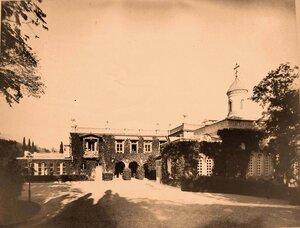 Вид части фасада Большого Императорского дворца (архитектор И.А.Монигетти, 1862-1863 гг.); справа - церковь Воздвижения Креста Господня. Ливадия