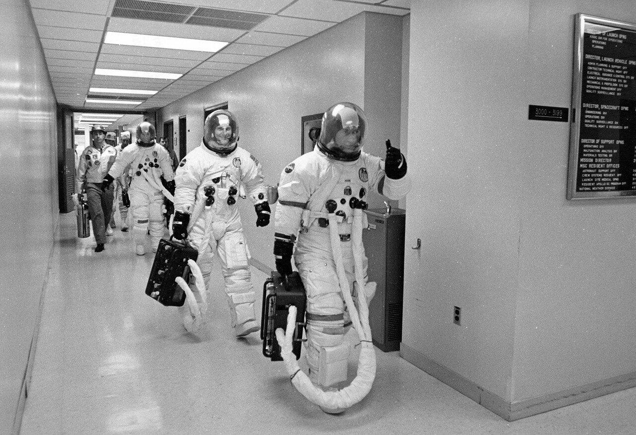 Примерно за три часа до старта члены основного экипажа заняли свои места. Командир Джон Янг — в левом кресле, пилот командного модуля Кен Маттингли — в центре, пилот лунного модуля Чарльз Дьюк — справа. На снимке: Экипаж отправляется на стартовую площадку