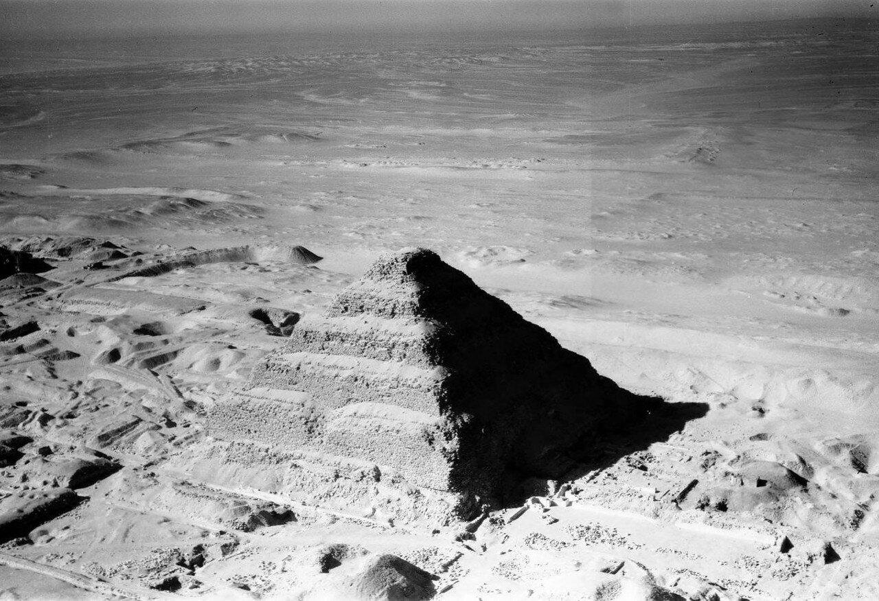 Саккара. Вид с высоты птичьего полета на ступенчатую пирамиду Джосера. 24 января 1938
