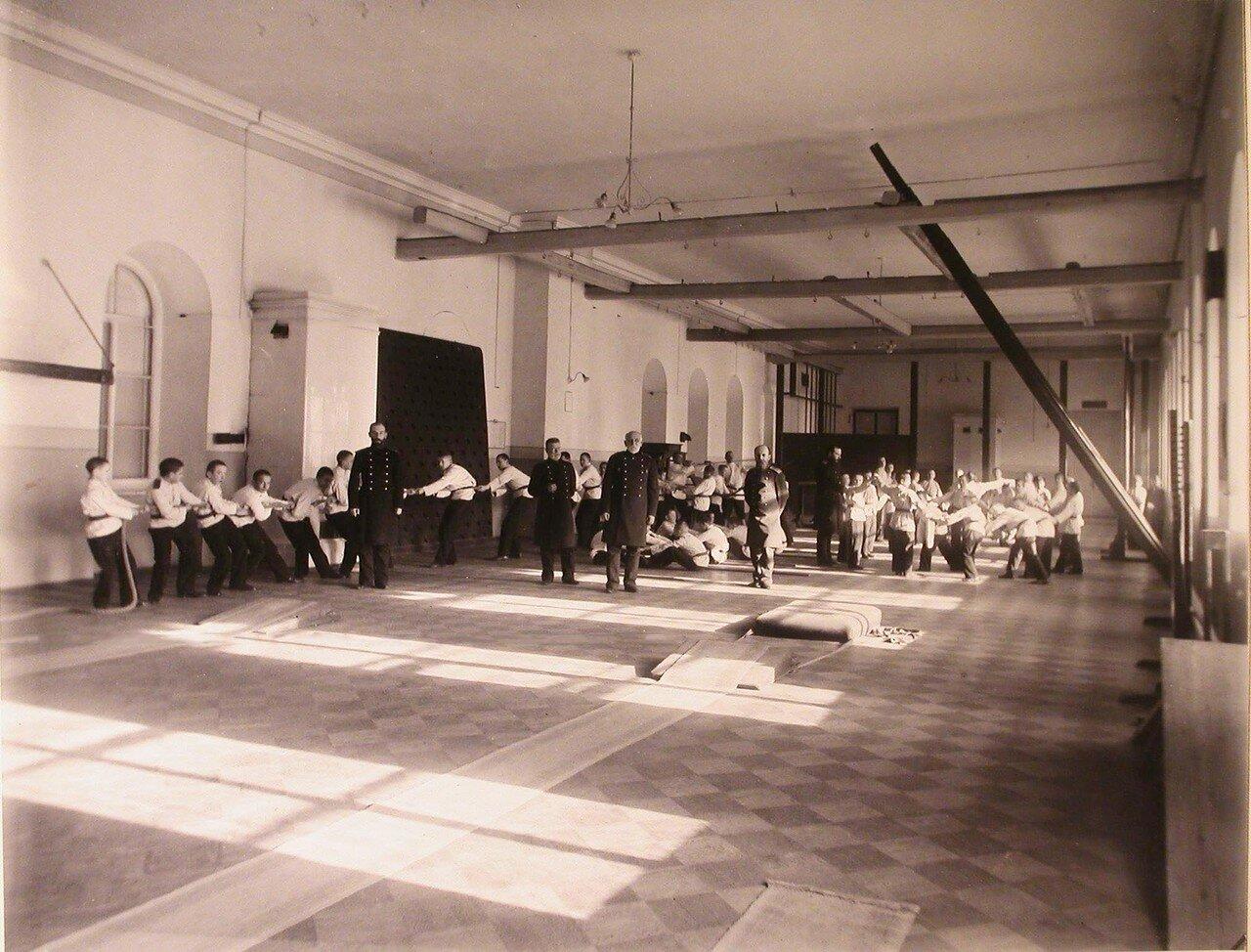 09. Воспитанники кадетского корпуса с преподавателями в гимнастическом зале во время занятий