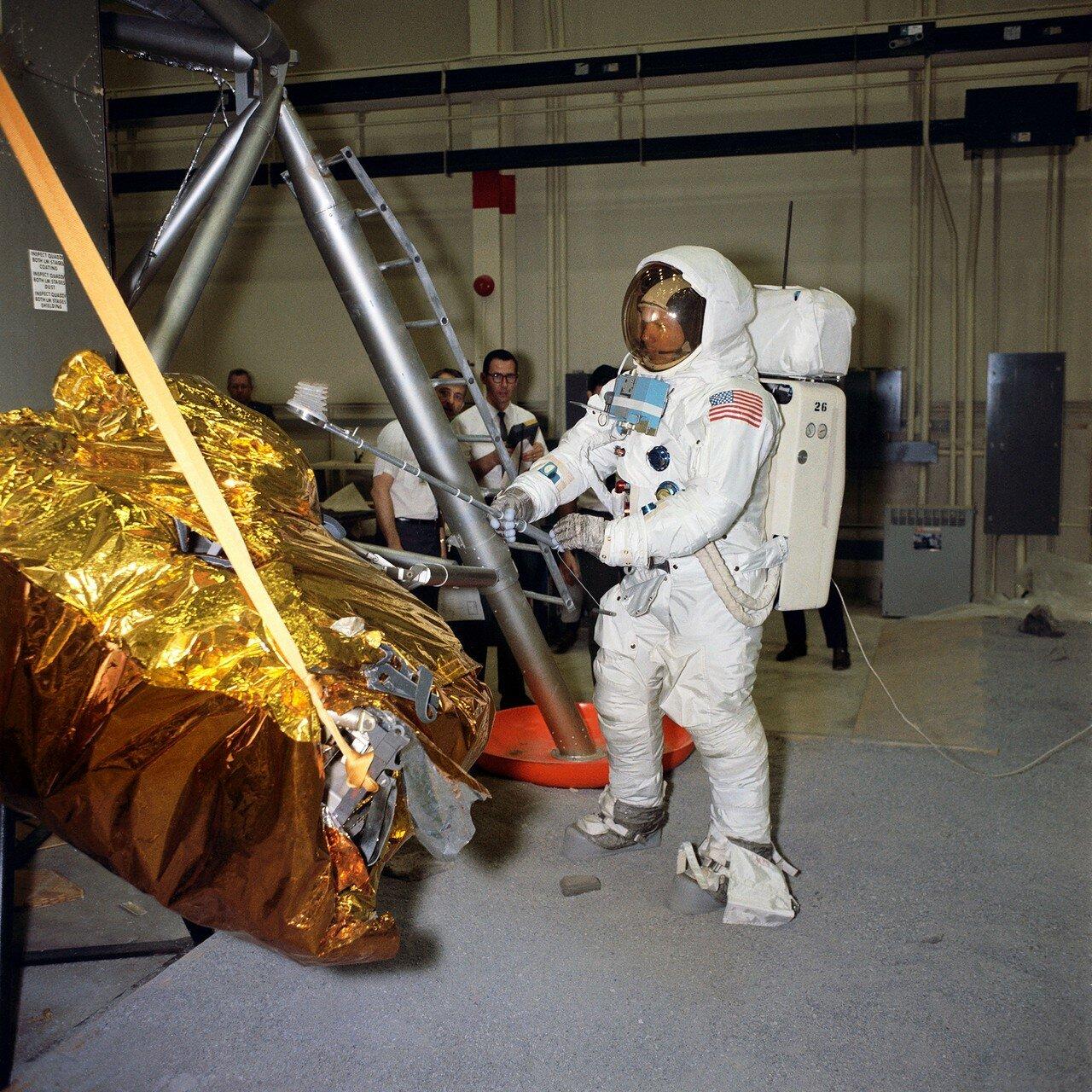 1969, 18 апреля. Армстронг упаковывает контейнер с земными камнями и песком во время тренировки в Центре пилотируемых полётов в Хьюстоне