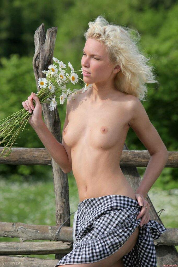 Сельская_блондинка_на_природе__big_3.jpg