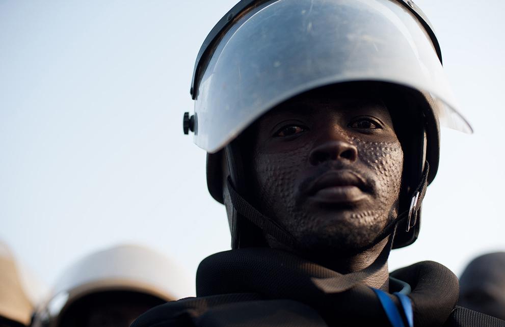 15. Штурмовик с племенными отметинами на лице на страже во время празднования дня независимости. (Ph