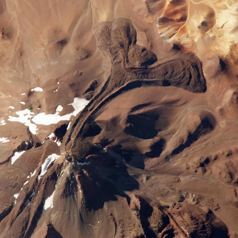 13. На этом недатированном снимке NASA, сделанном с борта МКС, видна вершина вулкана Льюльяйльяко в