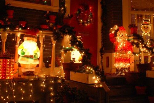Санта Клаусы. Рождественская (новогодняя) подсветка дома.