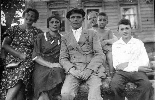 Владимир Мотыль (справа) и его мама (слева) с соседями. 1942 год // Из личного архива В. Мотыля