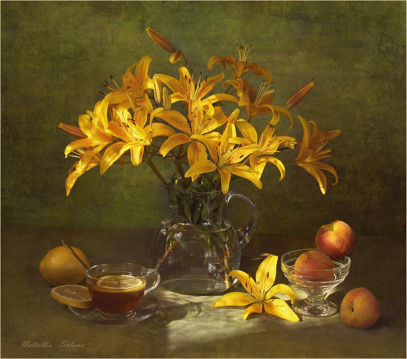 С жёлтыми лилиями