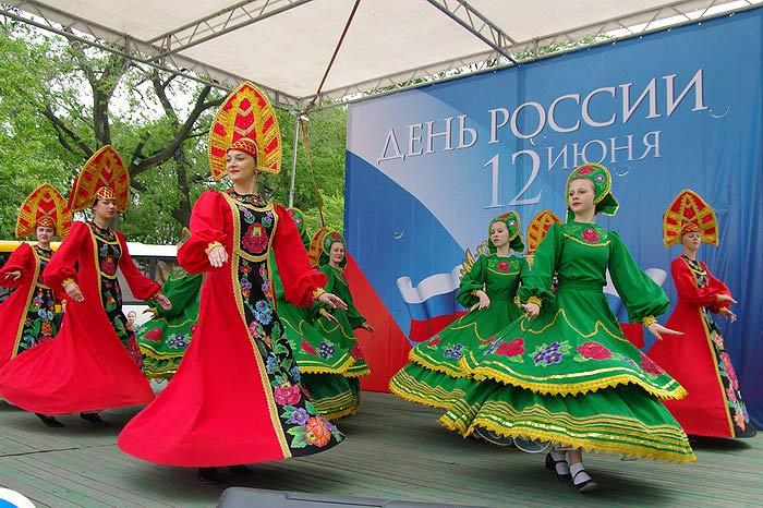 Жители Владивостока увидели самый большой флаг России (ФОТО)