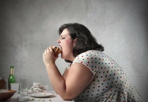 Жирная еда приводит к перееданию из-за ложных сигналов мозга
