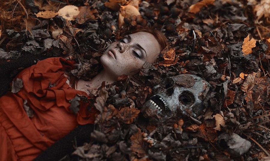 девушка в опавшей листве
