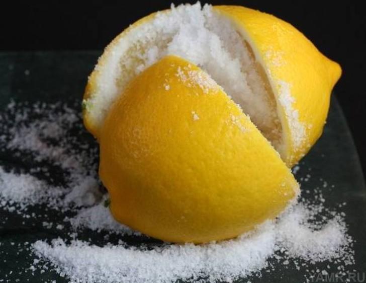 23. Если вы любите чай с лимоном, то вам понравится этот рецепт. Натрите цедру двух лимонов и помест
