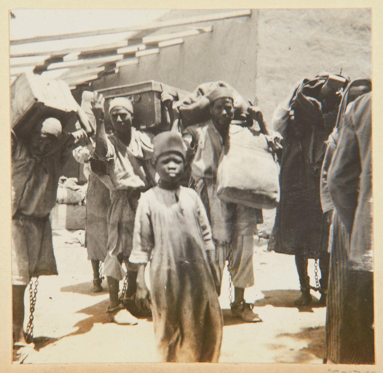 Август 1898. Пленные, несущие багаж