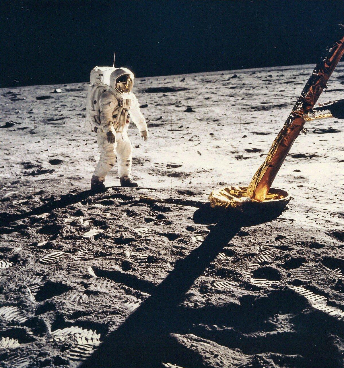 Базз Олдрин идет в сторону Лунного Модуля