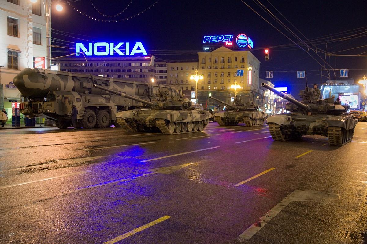 Танки Т-90 «Владимир» и ракетный комплекс «Тополь-М»