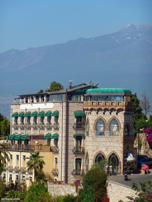 Здание в арабско-норманнском стиле.
