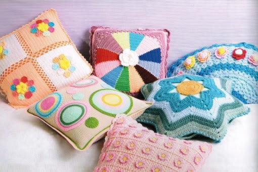 Комментарий: Вязаные подушки - лучший подарок.